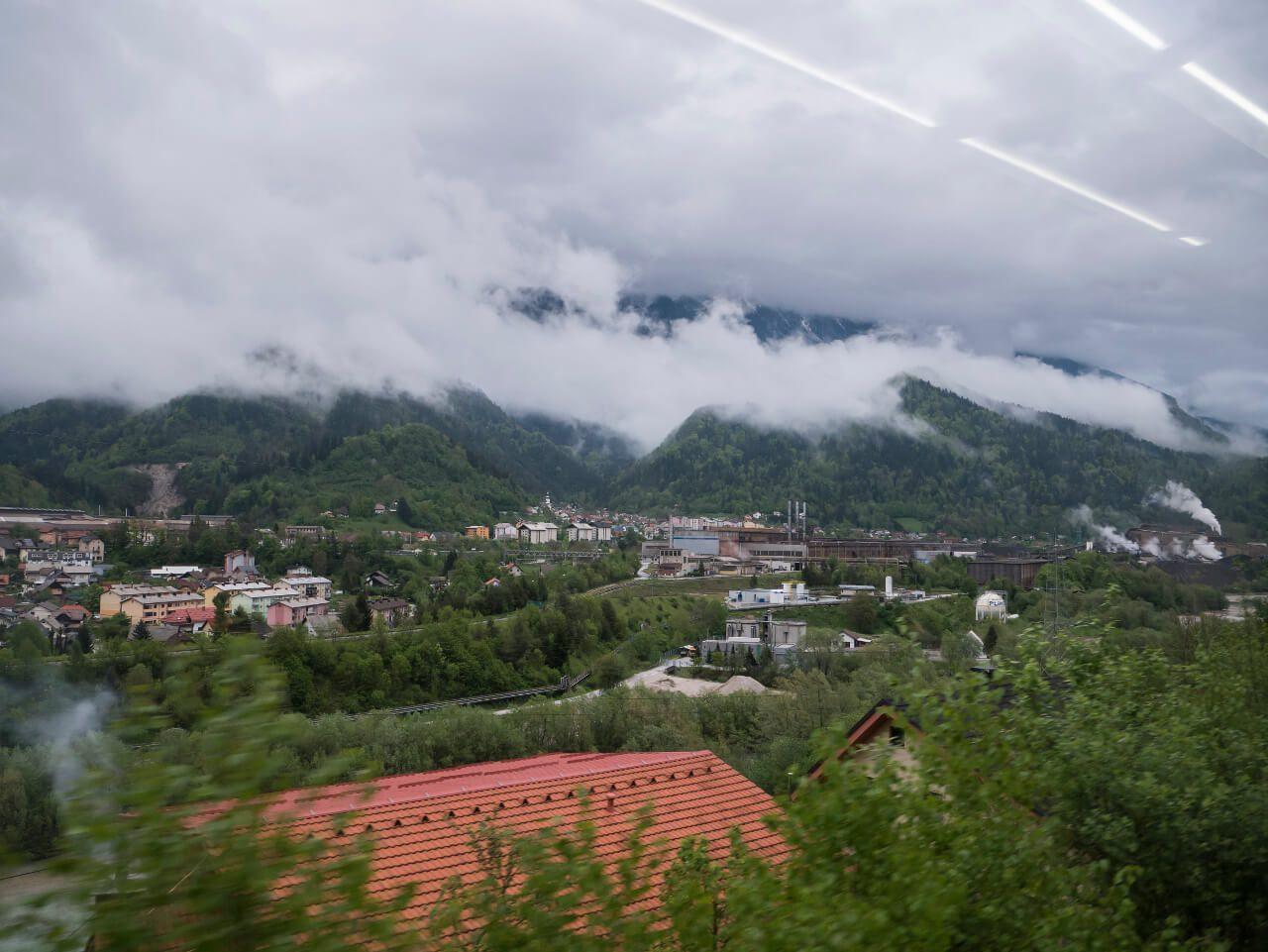 Widok z okna pociągu jadącego z Jesenice do Bledu