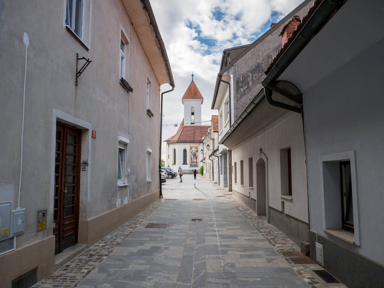 Widok na kościół św. Sebastiana, Fabiana i Rocha w Kranj (Słowenia)