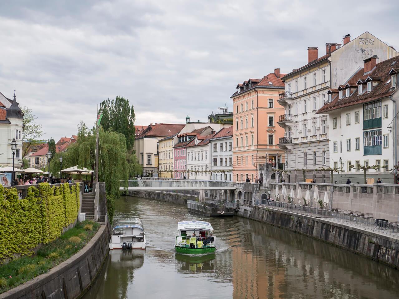 Co warto zobaczyć w Słowenii - Rzeka Ljulbjanica i łódki w Lublanie