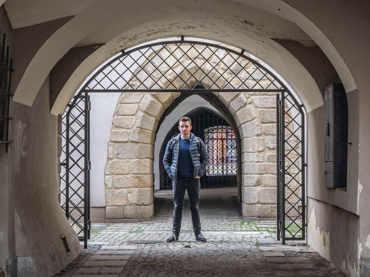 Bartek obok ratusza w Świdnicy