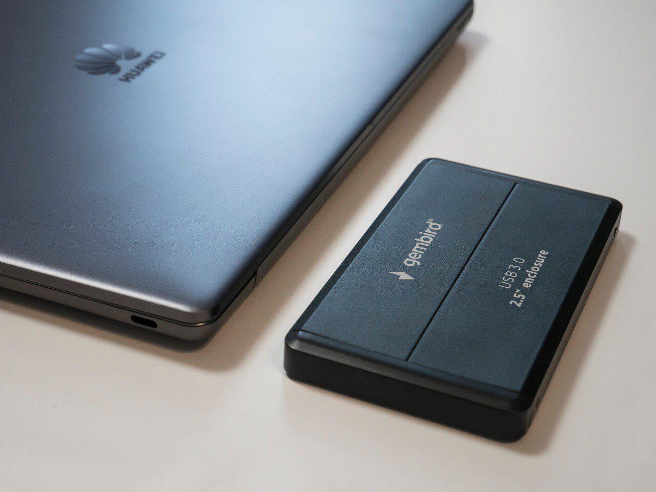 Zewnętrzny dysk twardy SSD obok komputera Huawei Matebook 13