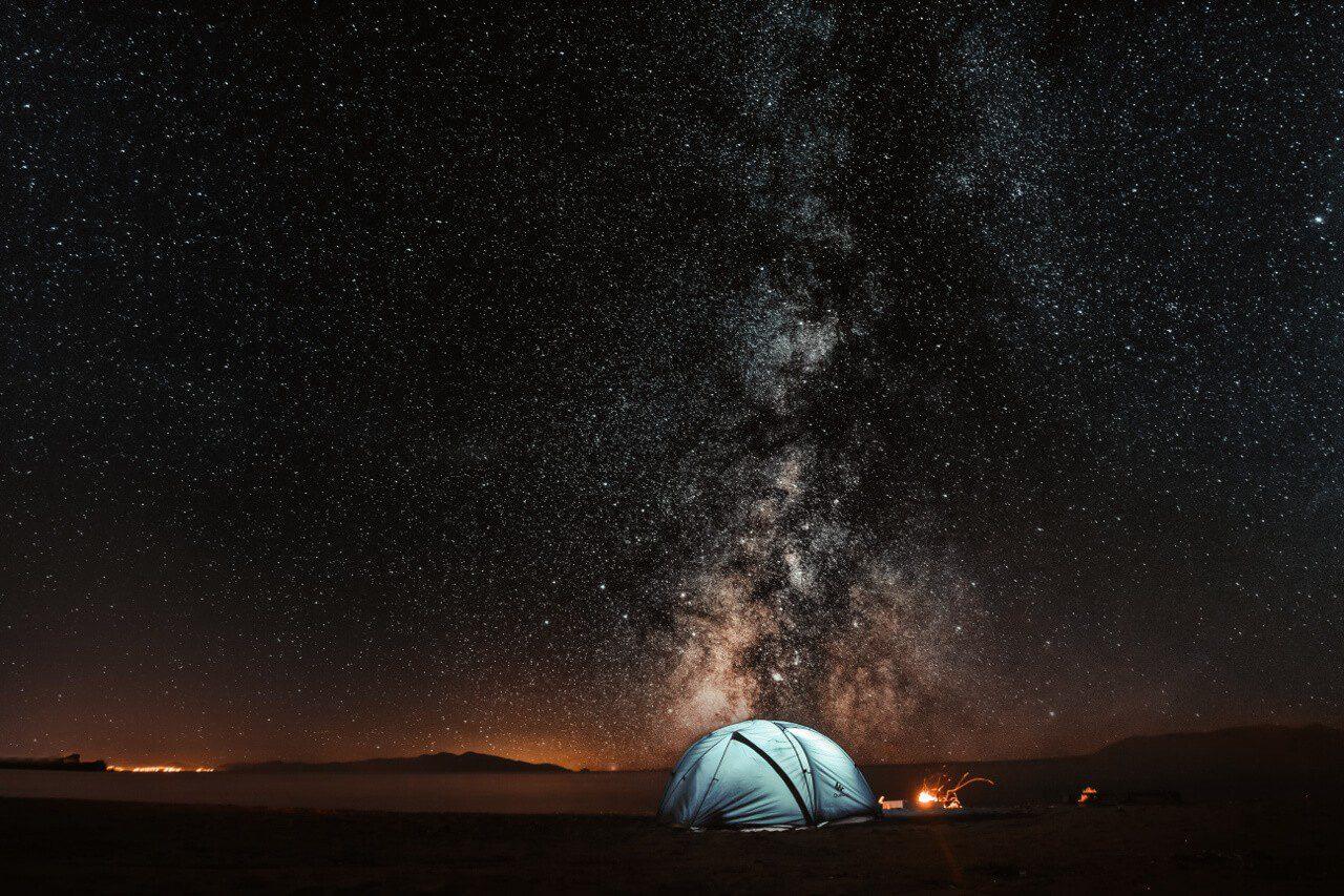 Gwiaździste niebo i oświetlony namiot