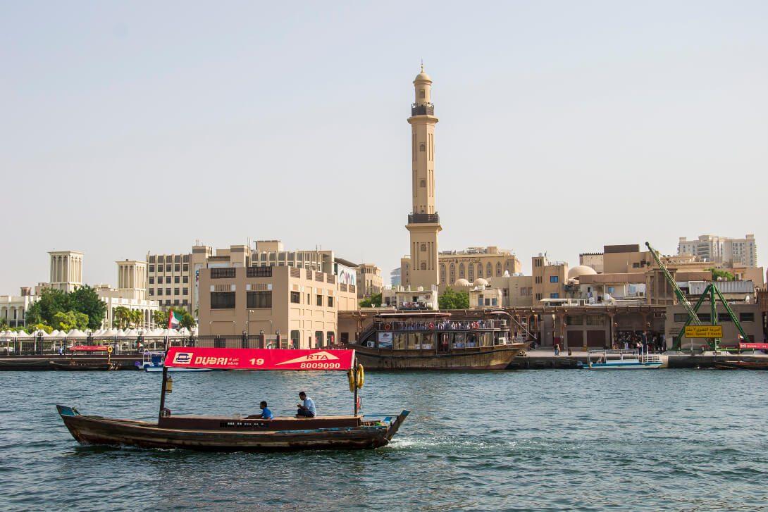 Abra płynąca przez Dubai Creek