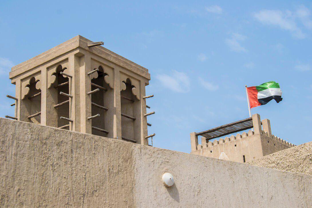 Flaga Zjednoczonych Emiratów Arabskich i wieża wiatrowa
