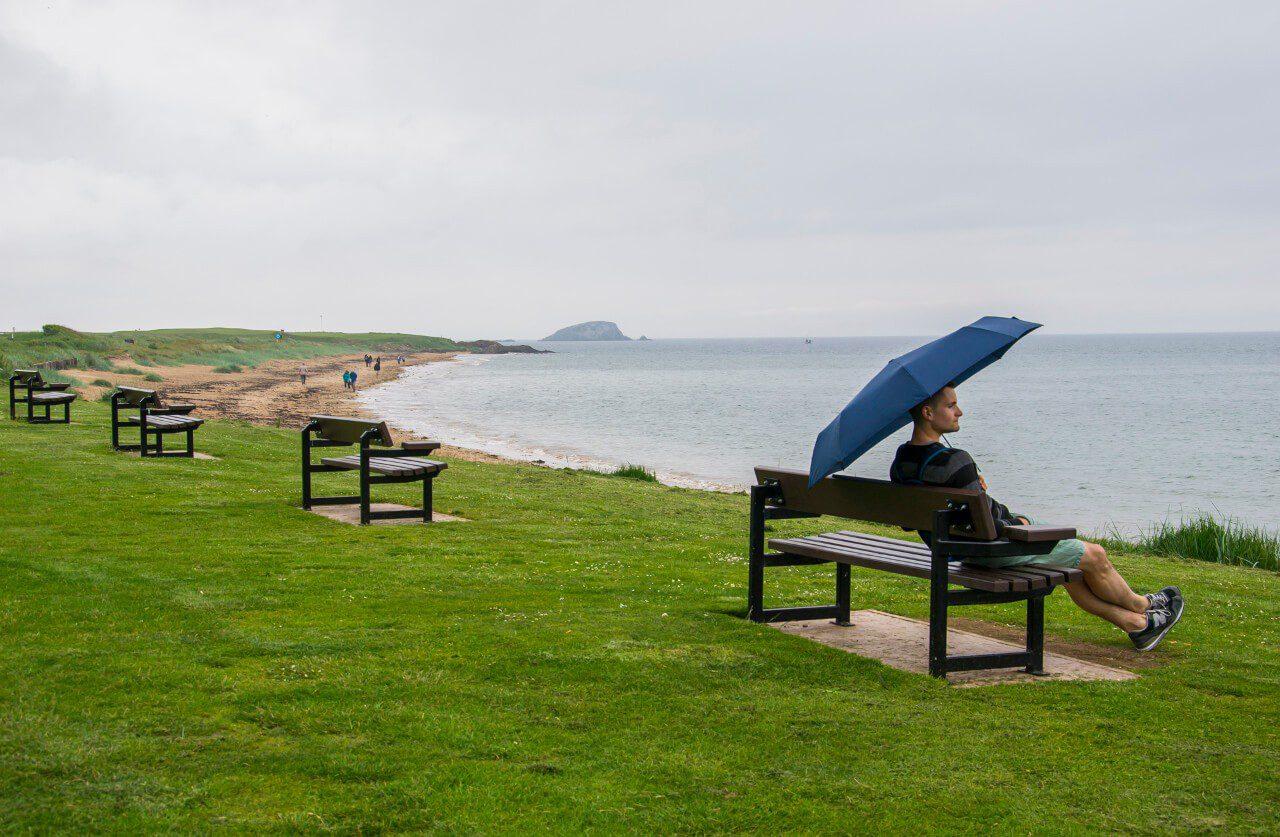 Bartek siedzący na ławce nad morzem