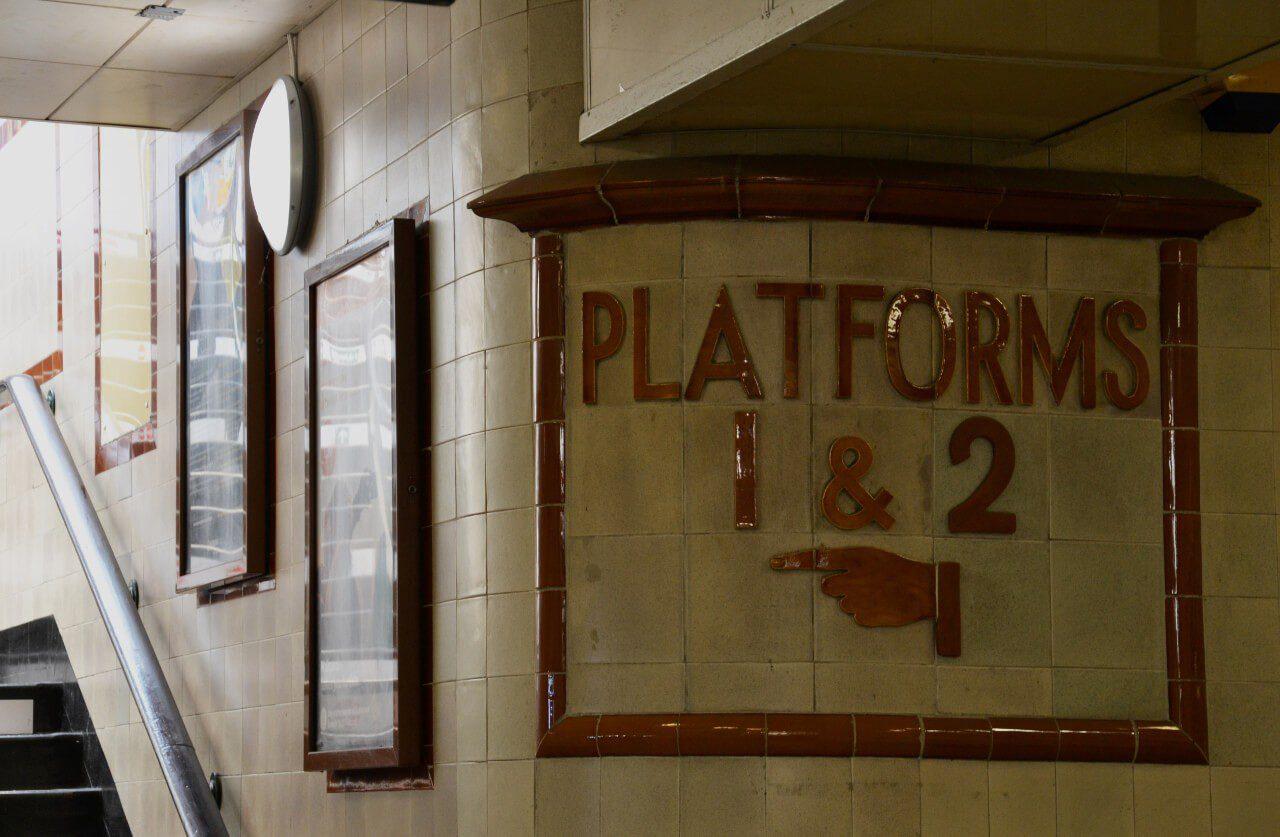 Wejście na perony na stacji Cardiff Central