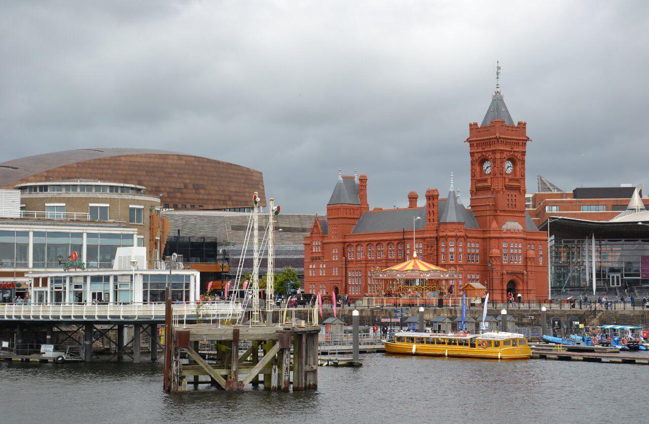 Zabudowania przy zatoce Cardiff Bay
