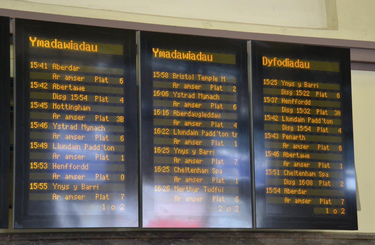 Tablica odjazdów pociągów na stacji kolejowej w Cardiff