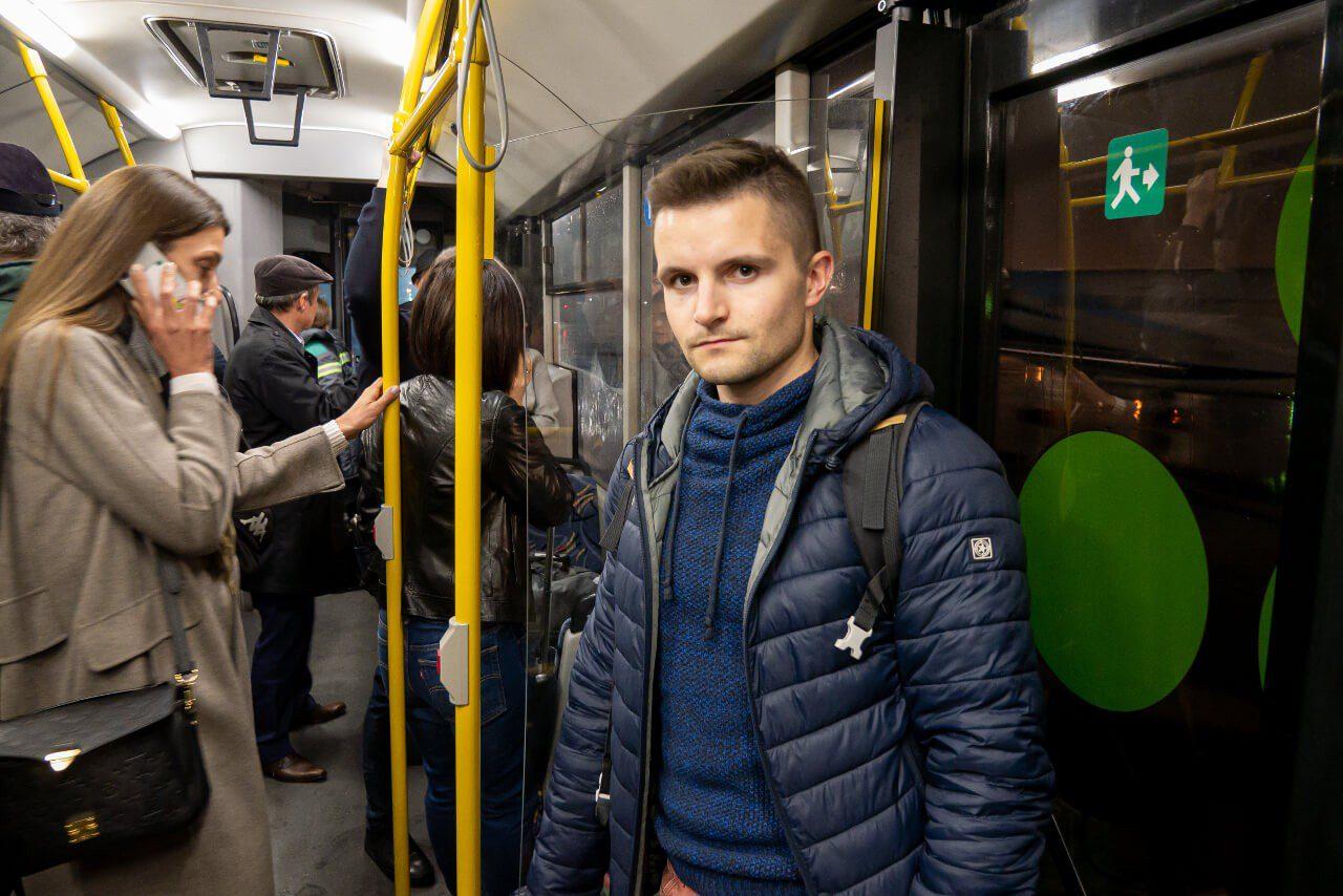 Bartek w autobusie transferowym na lotnisku