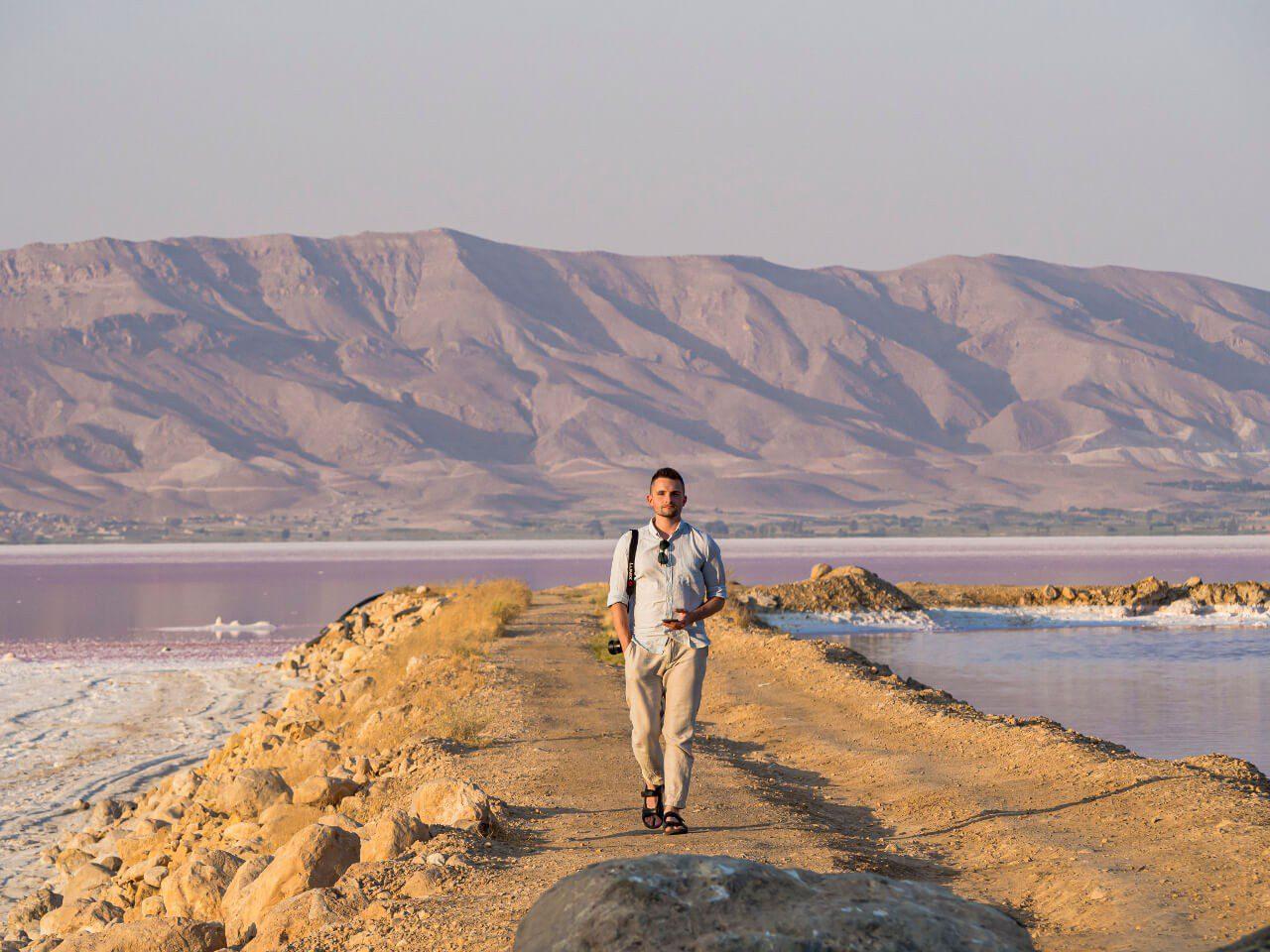 Bartek na ile jeziora Maharloo Lake w Iranie