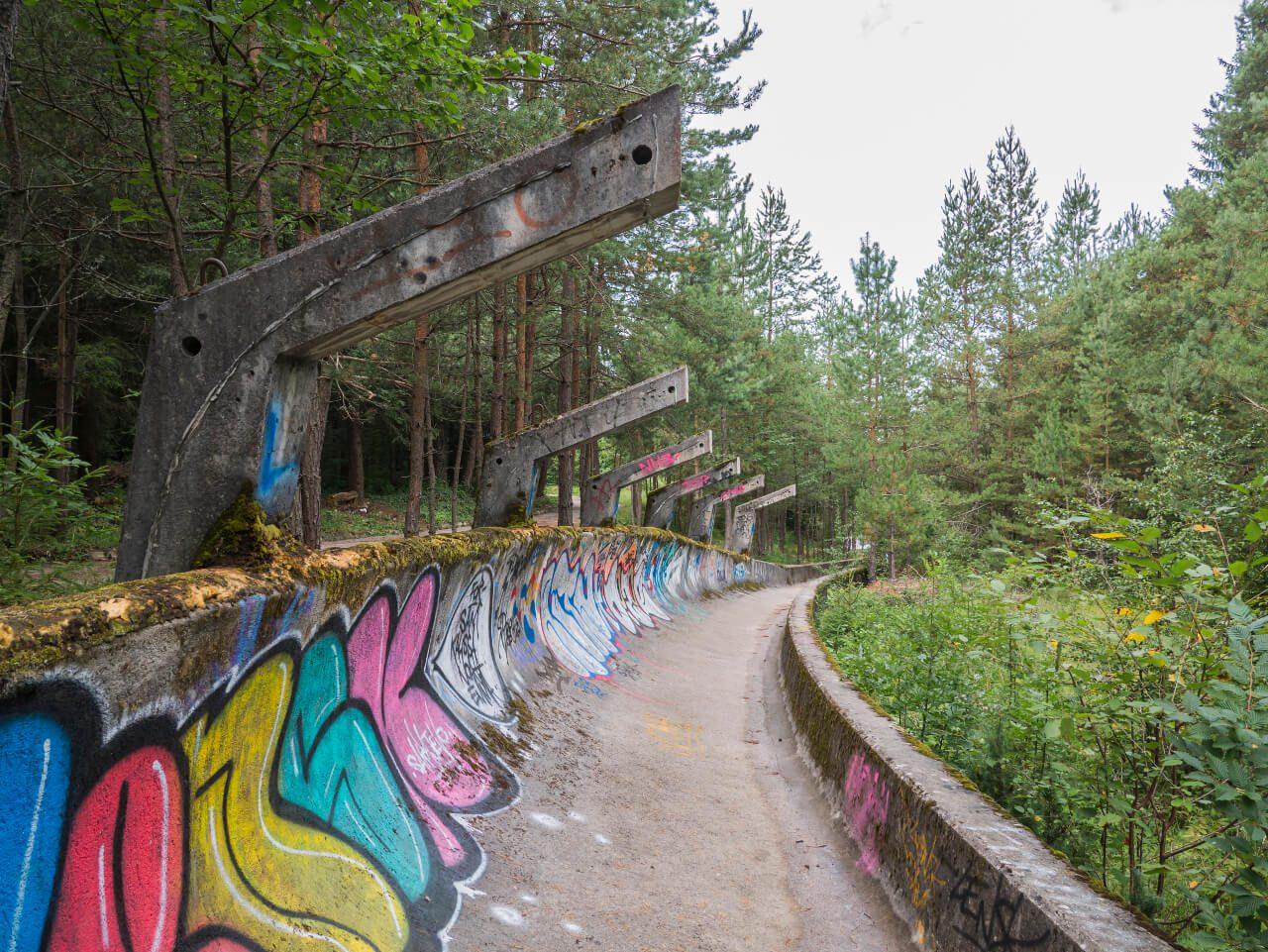 Prawy zakręt toru bobslejowego na górze Trebević w Sarajewie
