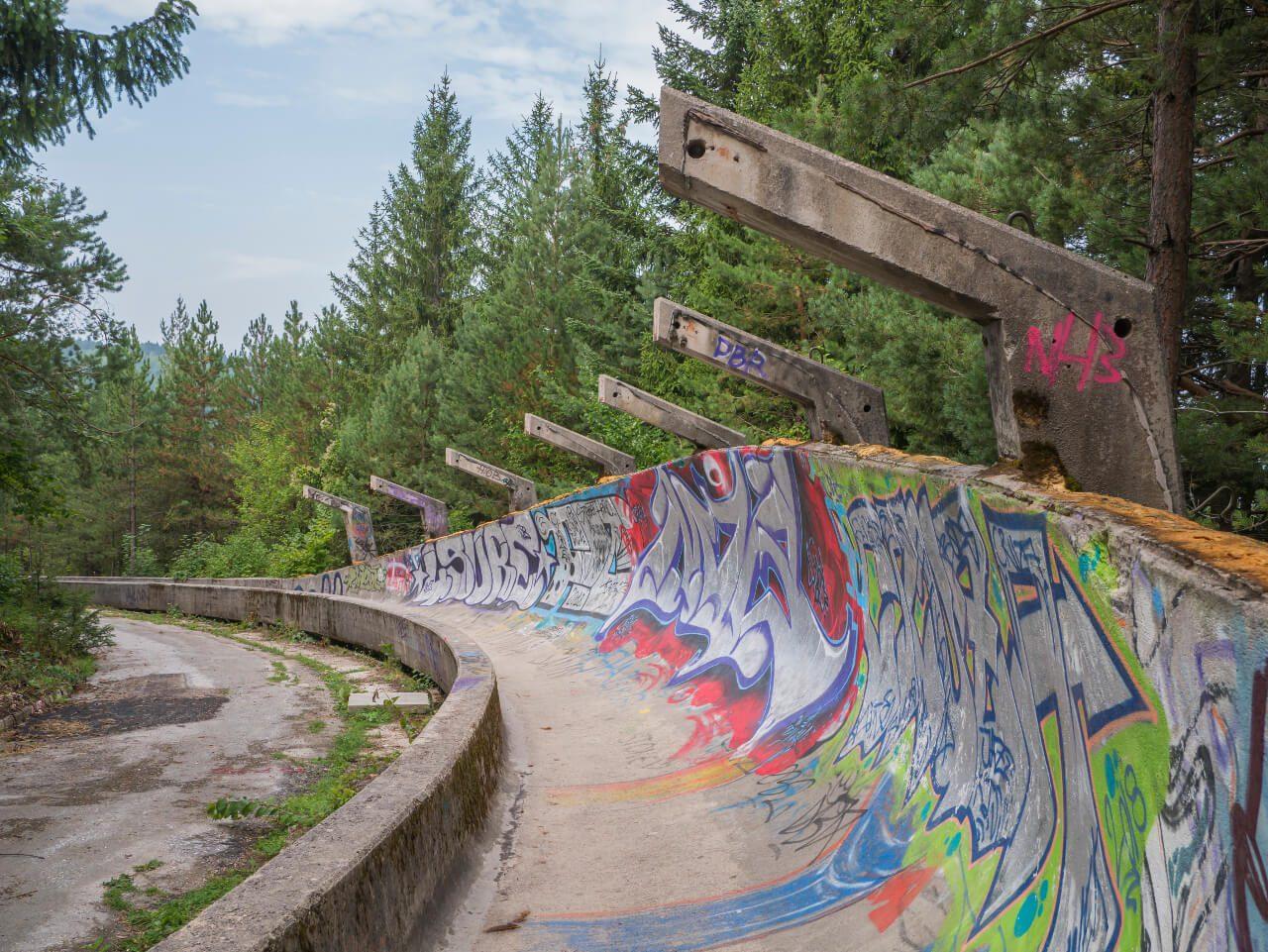 Lewy zakręt toru bobslejowego na górze Trebević w Sarajewie