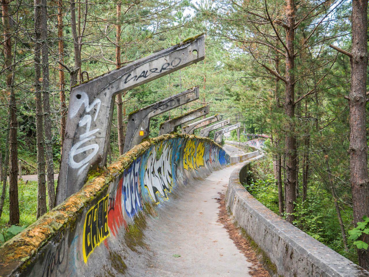 Fragment toru bobslejowego na górze Trebević w Sarajewie