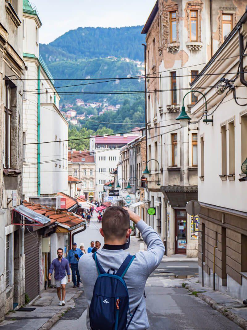 Bartek fotografujący ulicę Logavina w Sarajewie