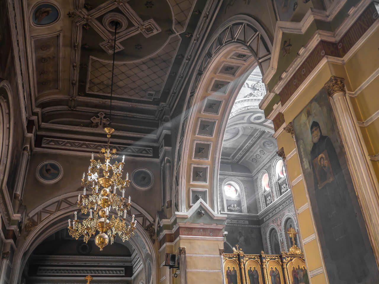 Światło wewnątrz Monasteru Opieki Matki Bożej w Charkowie