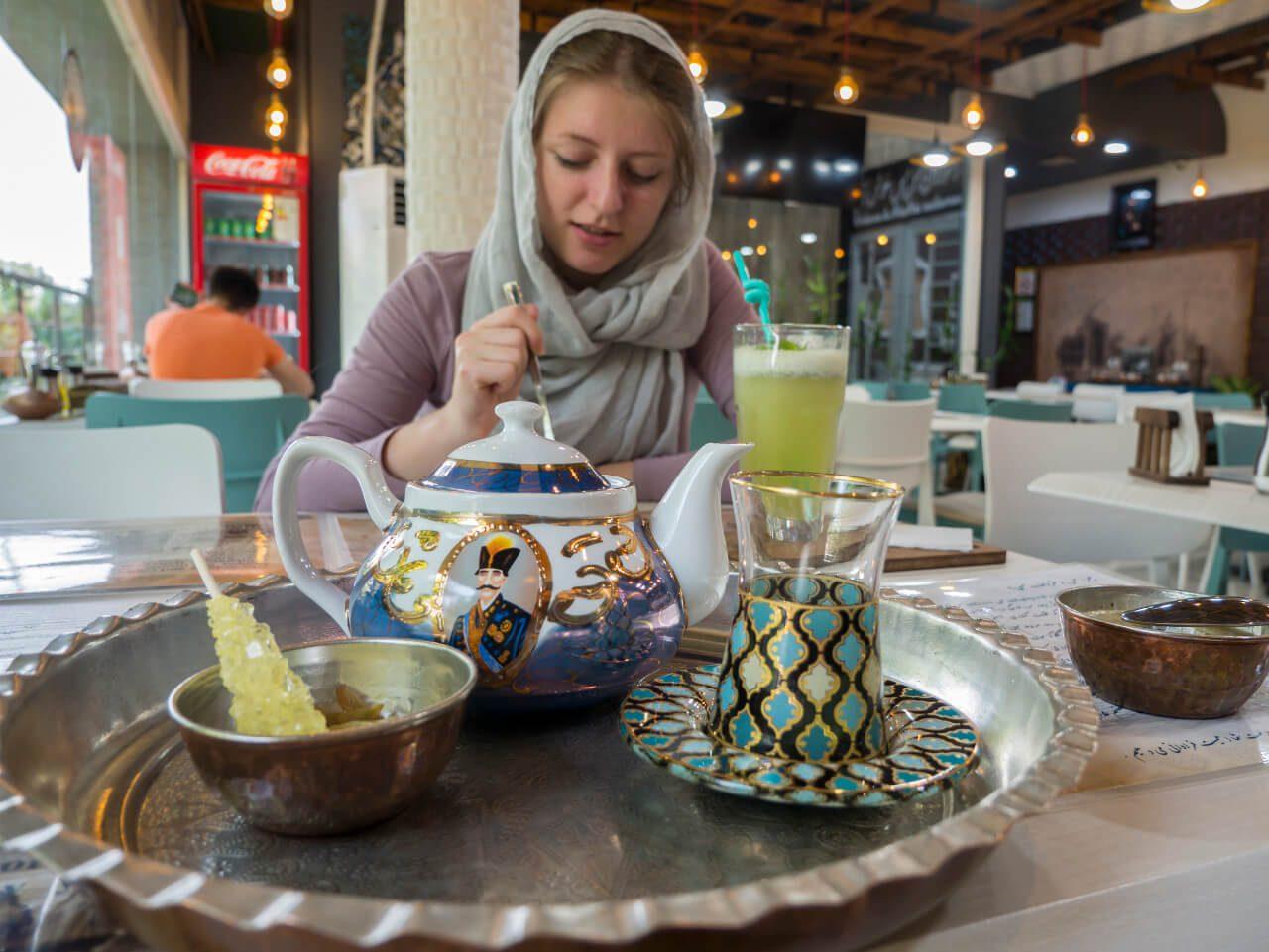 Natalia w restauracji w Iranie