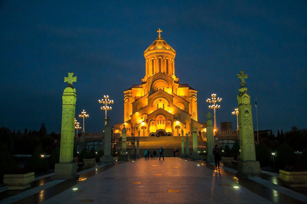 Widok na wejście do soboru św. Trójcy w Tbilisi