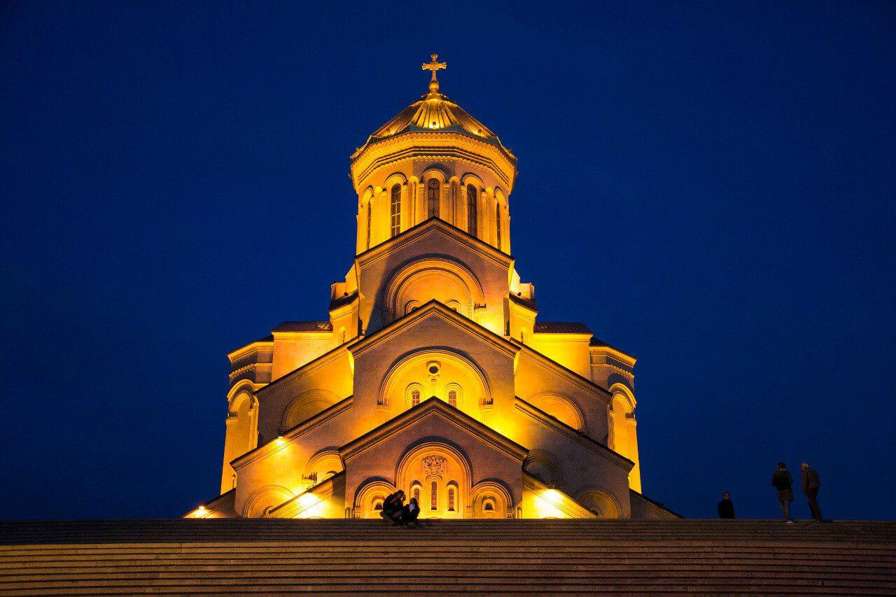 Sobór św. Trójcy w Tbilisi wieczorem