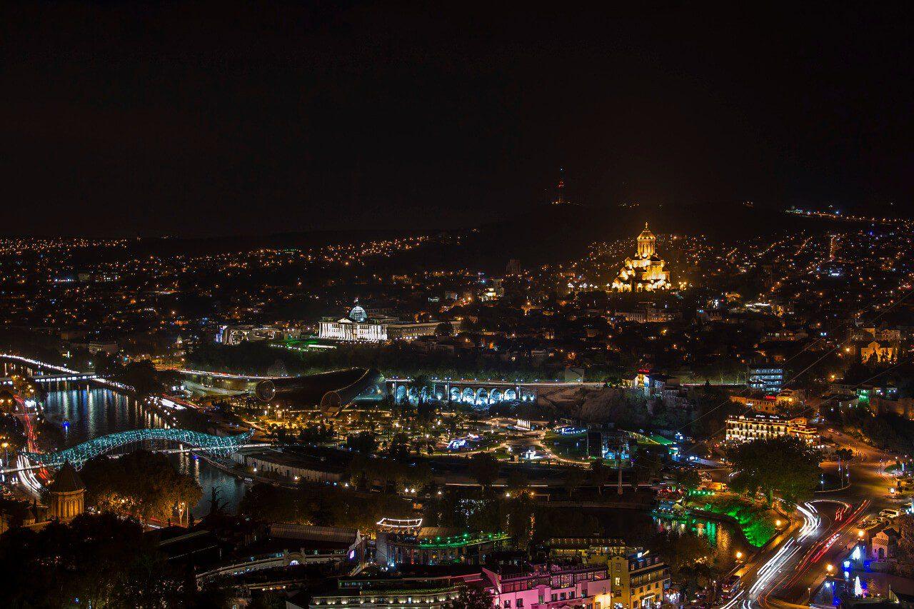 Nocna panorama Tbilisi z twierdzy Narikala