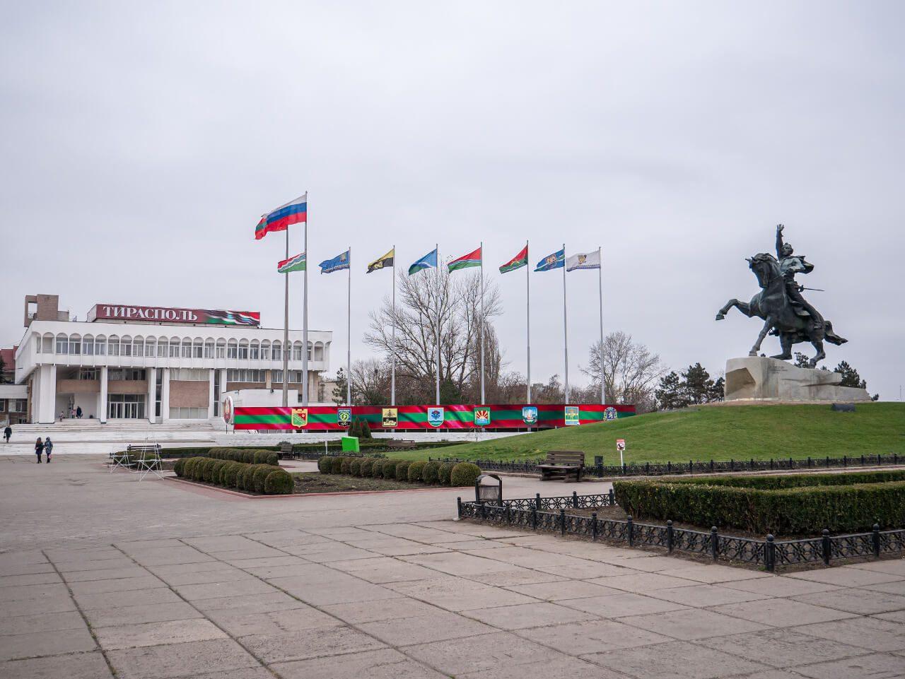 Pomnik Suworowa i flagi w Tyraspolu