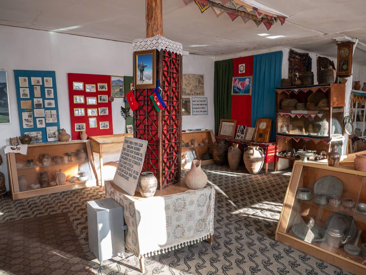 Wnętrze muzeum historycznego w Xinaliq