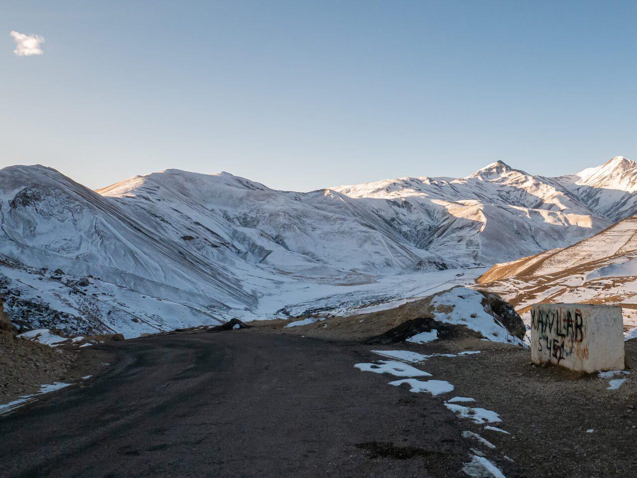 Widok na góry i drogę do Xinaliq