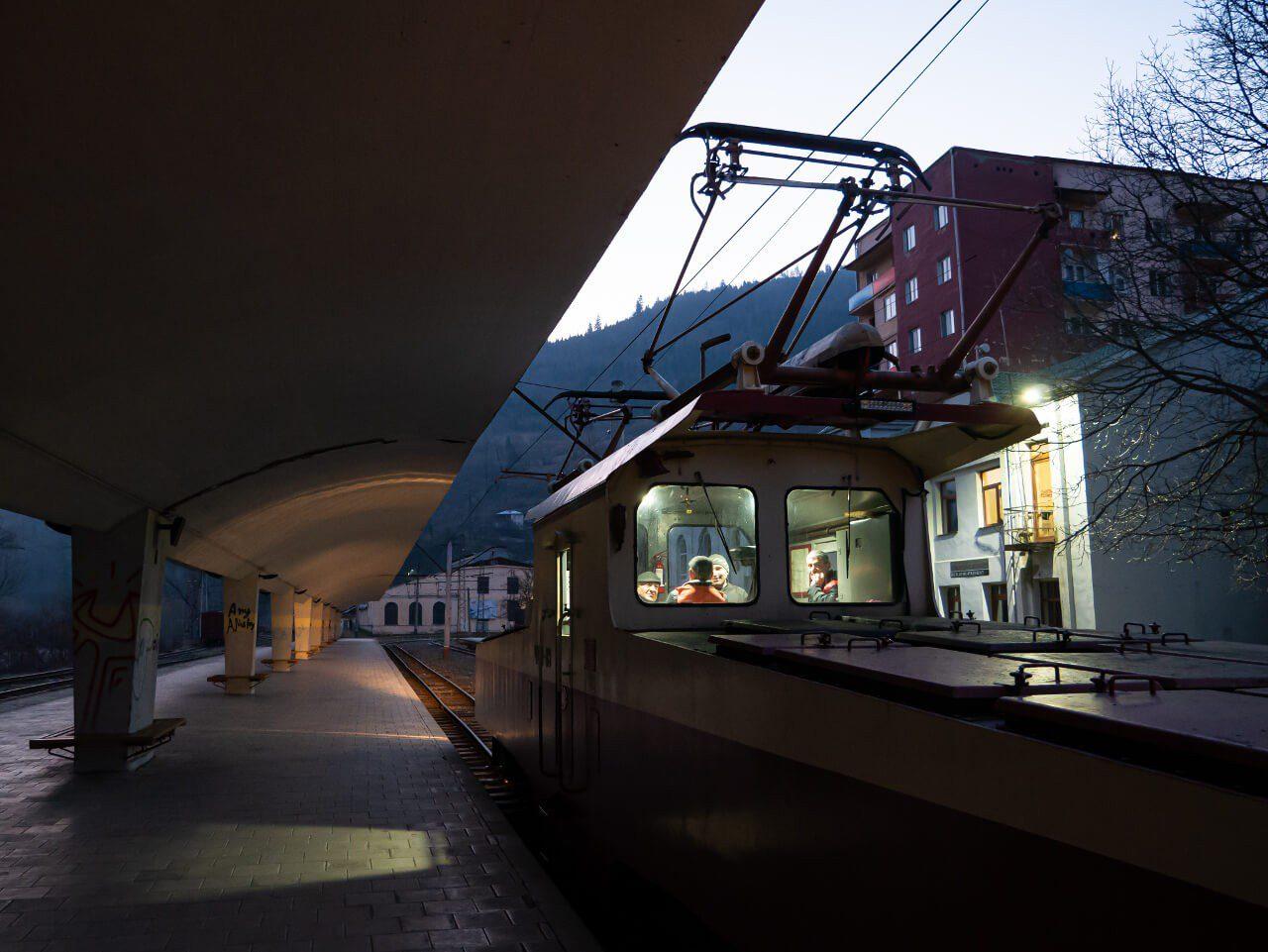 Kabina maszynisty i peron stacji Borjomi
