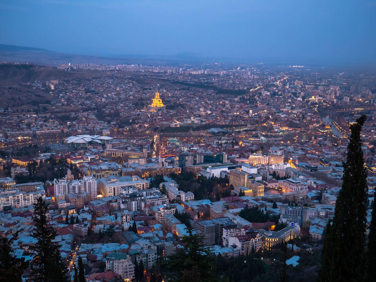 Widok na wieczorne Tbilisi z górnej stacji funikulara na górę Mtatsminda