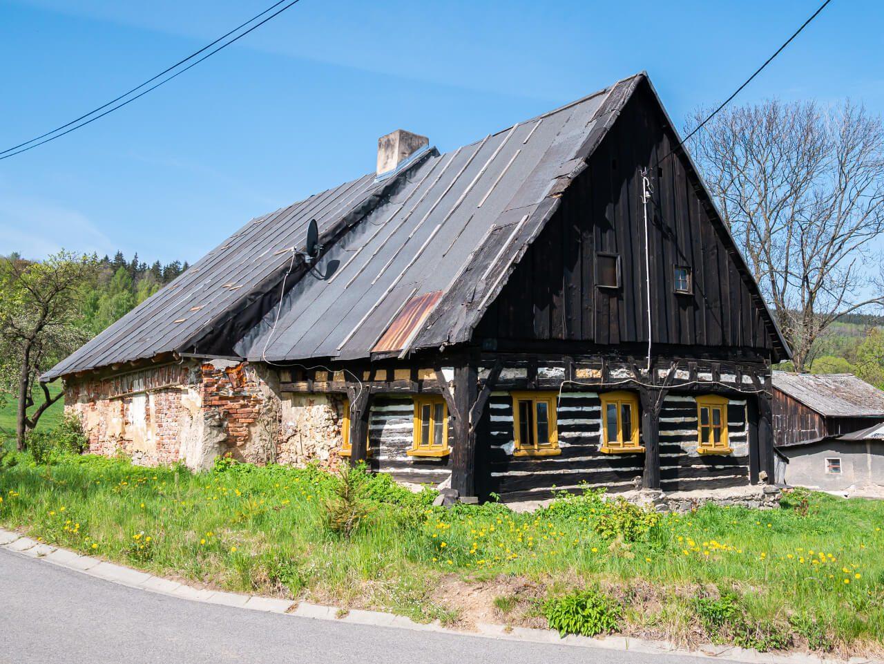 chatka we wsi Wieściszowice kolorowe jeziorka