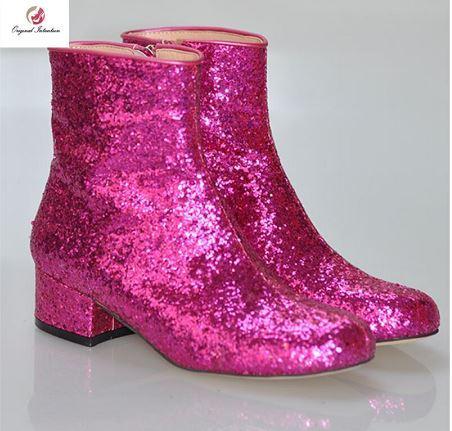 Sepatu merah muda dengan gaun hitam