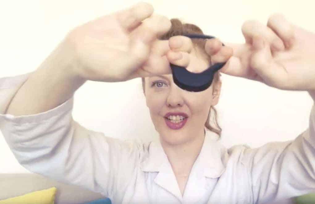 La Youtubeuse Venus O'Hara teste l'élasticité du produit de Satisfyer - Un anneau parfaitement stretch !