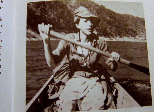 Christina Dodwell in ihrem Kanu - Globetrotter Handbuch