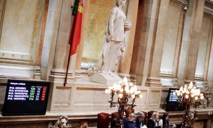 """<span class=""""entry-title-primary"""">Portugal junta-se a Espanha e aprova morte assistida</span> <span class=""""entry-subtitle"""">À segunda foi de vez e o sim à eutanásia ganhou esta quinta-feira no Parlamento</span>"""