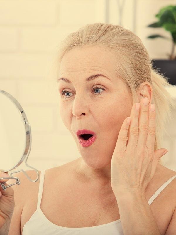 AdobeStock_194099435 40 year old Mirror Height 800x600 Tint44 EstMed kosmetisk plastisk kirurgi Oslo filler rynkebehandling hårfjerning alternativ tekst