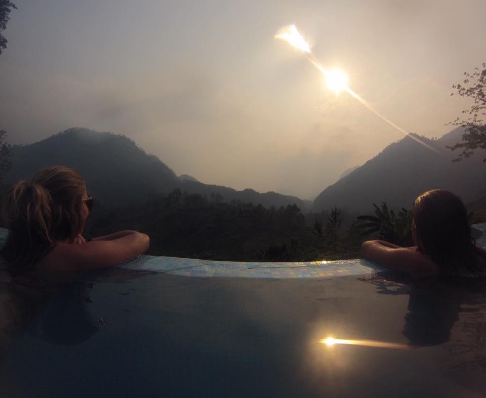 Piscine infinie du Zephyr Lodge à travers les montagnes et la jungle, la pura vida…