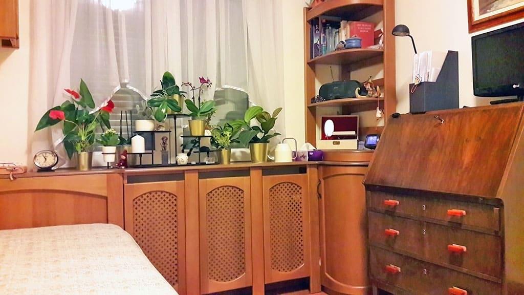Radiátoburkolat bútorba építve, közös pultlap