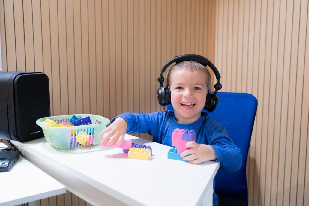 Spielaudiometrische Untersuchung bei einem Kind