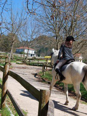 niña montada a caballo