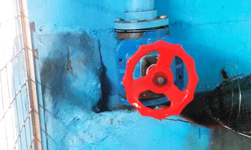 Desde las instalaciones el agua del mar se distribuye a través de una sala de bombeo