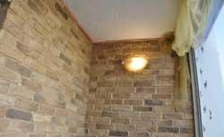 Отделка балкона кирпичом фото