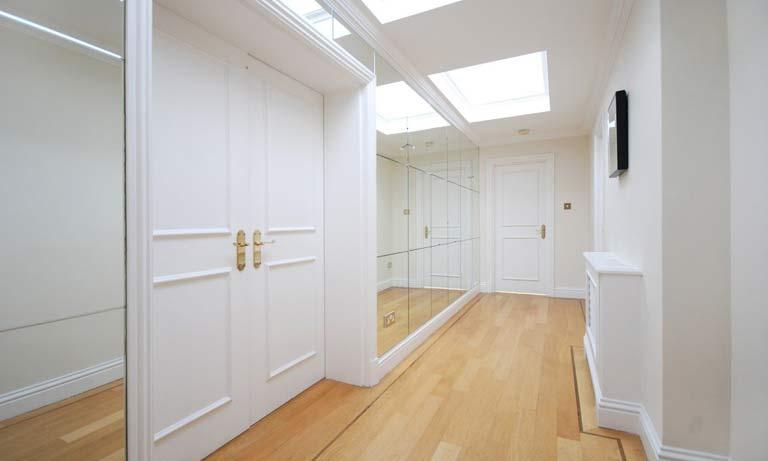 Белый цвет в узком коридоре сделает его больше