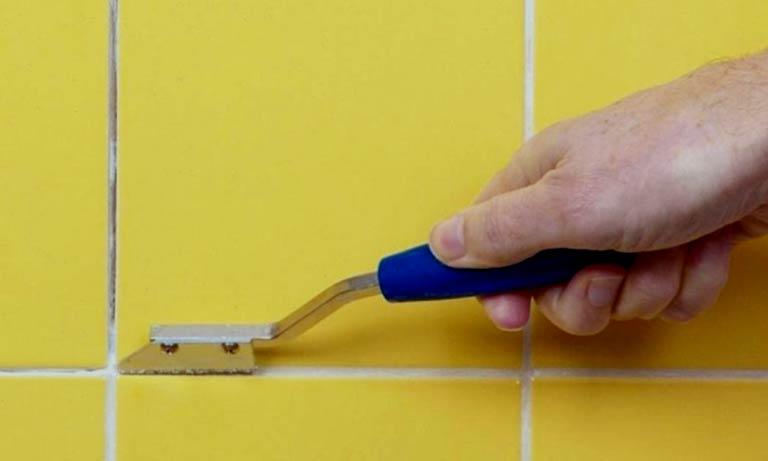 Чистим швы между плитками специальными щётками
