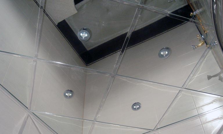 Зеркальный потолок зрительно увеличет любое помещение