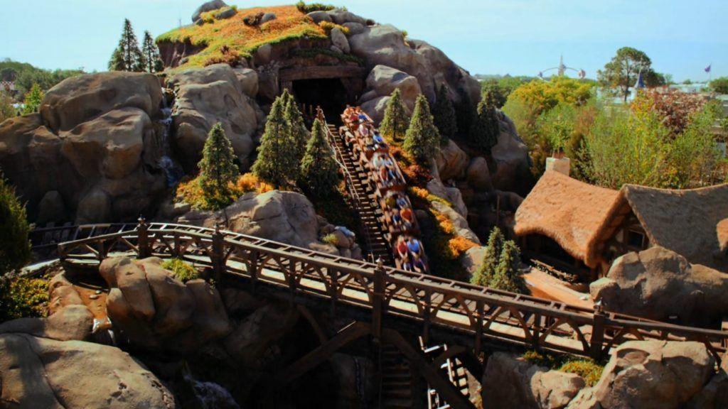 Atracción deSeven Dwarfs Mine Train en el parque Magic Kingdom en Disney World Orlando