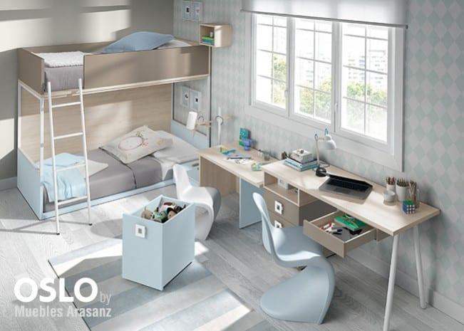 Habitación infantil con literas en gris y azul y escritorio