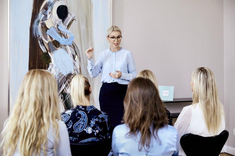 Instruktør underviser elever på uddannelse til kosmetisk sygeplejerske