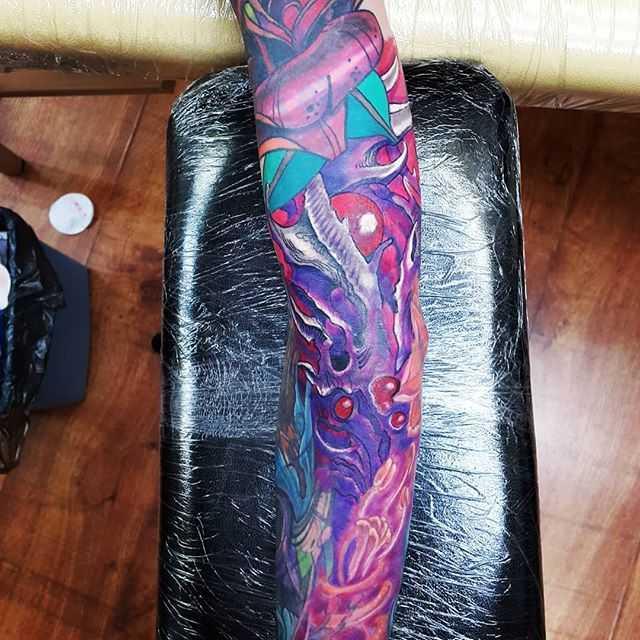 Абстракция тату на руке