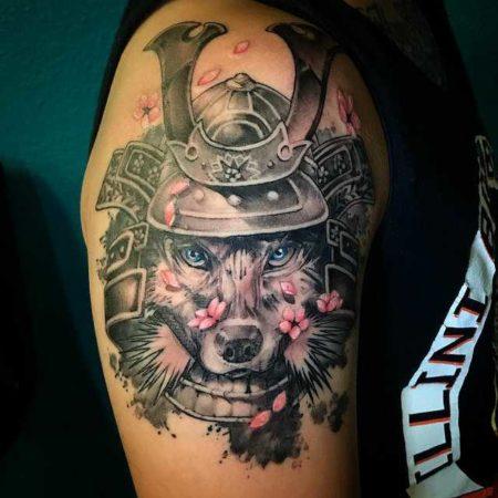 плечо волк в шлеме