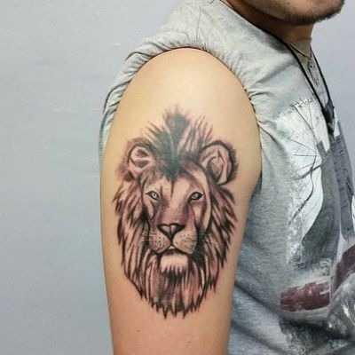 лев тату на плече