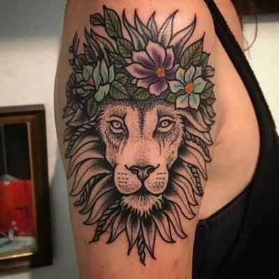 лев с цветами тату